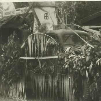 Ned. Indië na WO 2; kermis, praalwagen