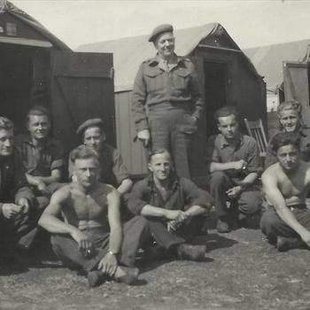 Canadese militairen voor rij tenten in Hengelo