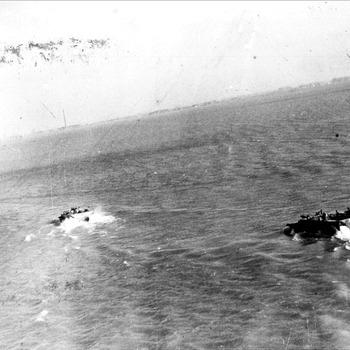 Canadese Buffalo's in de overstroomde Ooijpolder op weg naar Leuth nabij Nijmegen, 1945