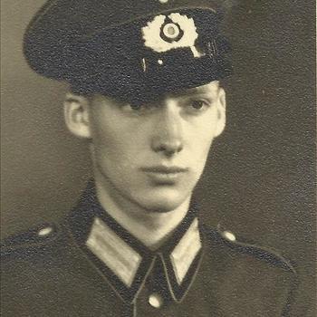 jonge Duitse militair, soldaat, met pet