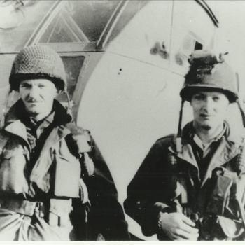 """Afbeelding van Bruce C. Merryman uit Texas en John W. Heffner uit Florida van het 62nd T.C. SQDN known as """"The Yacht Club"""