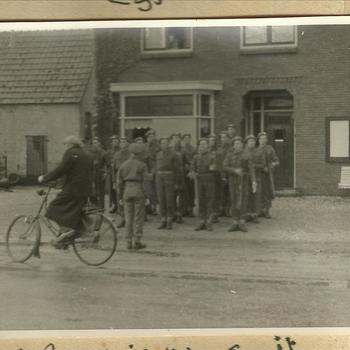 Fietser voor formatie geall soldaten, Malden, september 1944