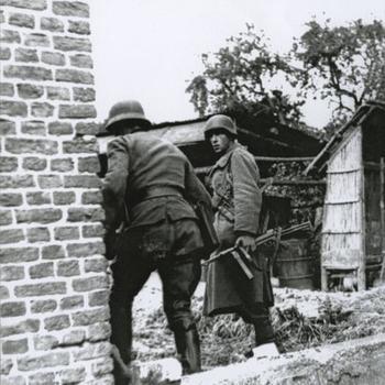 Plasmolen, Duitse militairen in ruïne, één met MP 40