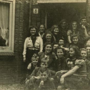 Nederlands Bevrijding; juichende burgers met verkenners