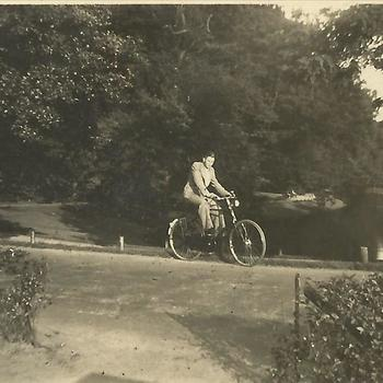 fietser bij vijver