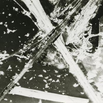 Foto van brug met uiterwaarden (spoorbrug van Arnhem?).