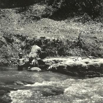 Indië na WO 2, Java, rivier, kali, Javaanse vrouw, wassen