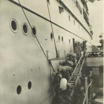 Indië na WO 2: schip, militair, valreep, plunjezak, debarkatie