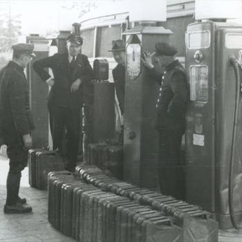 6 burgers bij autobus bij Texaco benzinepomp aan Graafseweg
