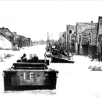 Canadese Buffaloes in overstroomt Leuth nabij Nijmegen, 1945