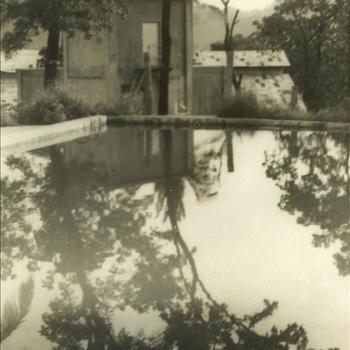 Indië na WO 2: huis, water, boom, weerspiegeling