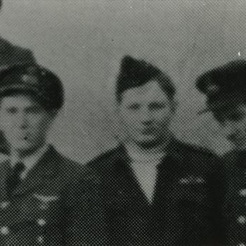 """Foto van groep drie mannen in R.A.F. uniform. Tekst achterop: """"25 jaar 322. 2 gesneuvelde vliegers van 322 Sqn. Links F/O Vlug + op 5-3-45 bij Xanten. Midden F/Sgt. Cramm + op 30-3-45 bij Almen. Rechts: F/L van Daalen Wetters"""". Tekst er onder: """"3 vliegers van 322 Sqdn. in december 1944. 2 van hen zullen in maart 1945 sneuvelen. F/O Vlug (links) wordt op 5-3-45 bij Xanten in Duitsland neergeschoten. F/Sgt. Cramm op 30-3-45 bij Almen (midden)""""."""