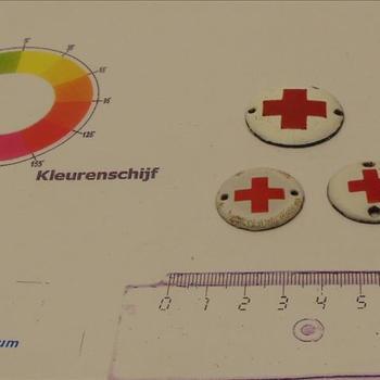 rond wit emaille plaatje met embleem Rode Kruis.  Soldaat der geneeskundige troepen