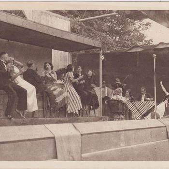 """Fotodruk van de scene """"bar-toneeltje"""" tijdens uitvoering het toneelstuk """"Van Tyrannie tot Vrijheid"""" in 1945 te Terborg."""