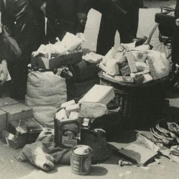 """Foto van manden met waren op markt. Tekst achterop: """"Waterlooplein""""."""