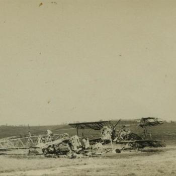 2 uitgebrande vliegtuigen, mogelijk Gloster Gladiator