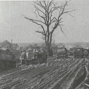 Bren Carrier, Pantserwagen en jeeps op modderige weg - B 14461