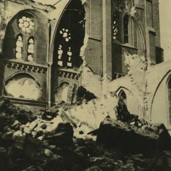 """verwoeste kerk. Tekst: """"Kerk Kruiskade"""""""