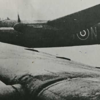 """Foto van vliegende Avro Lancaster bommenwerper. Tekst achterop: """"LL-807. BI-N, 300 Sqdn. F/O J. Rosanski in cockpit (+ 13-6-44). LL-807 crashed Holland 13-6-44. Crew begraven te Amersfoort"""". Tekst er naast: """"En route""""Lancsters van het 300 Polish Squadron op weg naar Duitsland. Aand e stuurknuppel van de BH-N zit F/O. Rozansky. Hins tort in 1944 met zijn crew in het IJsselmeer en vindt de dood""""."""