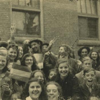 Nederlands Bevrijding; Britse militairen, kind met Nederlandse vlag