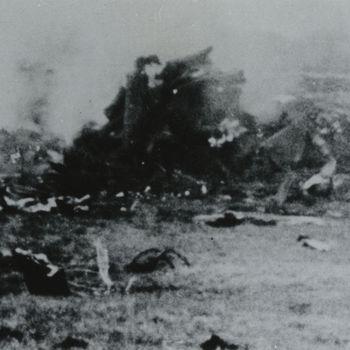 """Foto rokende wrakstukken van vliegtuig in weiland. Tekst: """"Neergeschoten Thunderbolt P-47 ergens in Holland op 29-2-1944. De piloot Lt.F.J. Nelander, gewond en krijgsgevangen gemaakt. Volgens andere bronnen vond de crash op 6-3-44 plaats. Weitemanslanden. Twenthe""""."""