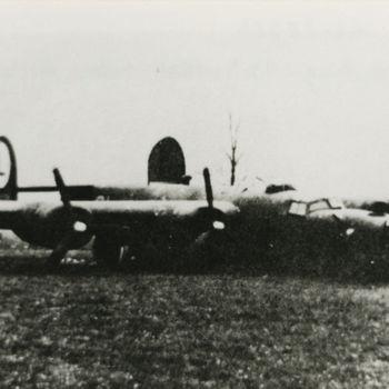 "Foto Amerikaanse Consolidated B-24 Liberator bommenwerper na noodlanding in weiland. Tekst achterop: ""B-24, 41-28754. Crashlanding 29-4-1944 nabij de Wilp""."