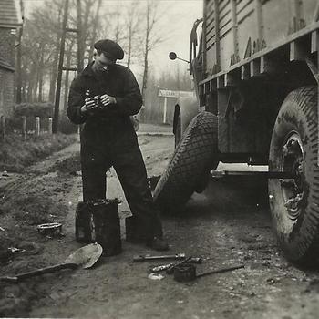 Canadese soldaat bij vrachtwagen met tacsign 865