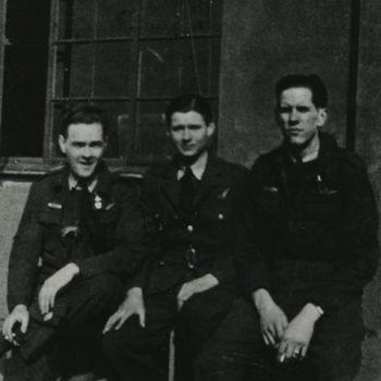 """Foto van drie mannen in R.A.F. uniform voor gebouw. Tekst achterop: """"Links Roy Fulton+. Midden: John Lewis Organ +. Rechts: Pilot     missing. Lancaster 83 Sqn. P.F.F. Crashed N. deel IJsselmeer 5/6-3-43. Crew k.i.a., m.i.a."""
