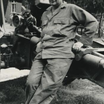 Amerikaanse parachutist 82nd AD voor een kanon