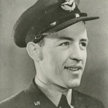 """Portretfoto van jonge man in uniform van de R.A.F. Volunteer Reserve. Tekst: """"Flight-Lieutenant W.M. Douglas, navigator van de Lancaster B-III, serial PB-564, code F2-H van het 635th Pathfinder Squadron R.A.F., welke in de nacht van 5/6 Januari 1945 te Zuidvelde bij Hoogersmilde werd neergeschoten door een nachtjager van het type Ju-88. De gehele bemanning kon het vliegtuig per parachute verlaten. Van de 8 inzittenden werden er 6 krijgsgevangen gemaakt. 2 leden waaronder W.M. Douglas konden met behulp van de """"Ondergrondse"""" onderduiken tot de bevrijding. De piloot F/Lt I.B. Hayes ontsnapte aanvankelijk ook maar werd later alsnog gevangen. Het vliegtuig was gestart van basis Dowham Market voor een aanval met 650 andere vliegtuigen op Hanover"""". SGLO T5084"""