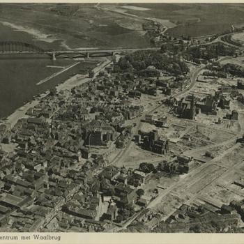 Luchtfoto 'Nijmegen 1946: Centrum met Waalbrug'
