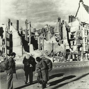 man, straat, evacuatie, gebombardeerd huis