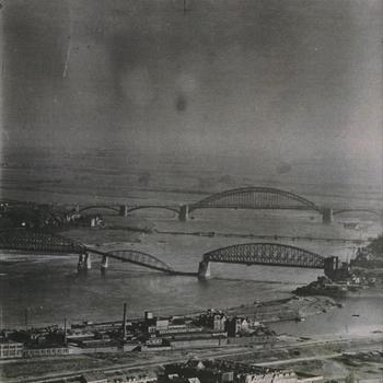 Spoorbrug, pontonbrug en Verkeersbrug over de Waal