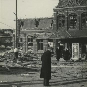 Nijmegen, 22 februari 1944; station na bombardement, man met pet