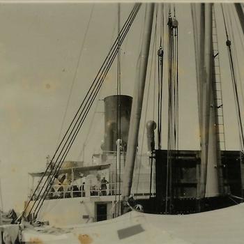 Nederlands Indië; schip, schoorsteen, laadmast