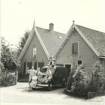 Kaashandelaar Lambert Schaap Klaaszoon (1907-1994) met auto en familie in hun naoorlogse woning