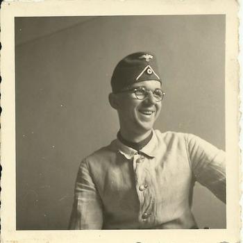 Portret lachende Duitse soldaat, jong met bril