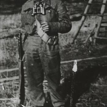 soldaat, opschrift 'Olt. Tabary'