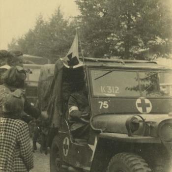 Nederlands Bevrijding; Britse jeep met rode Kruis emblemen en vlag