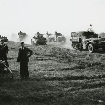 M-3 halftracks, Bren Carrier en Sherman tank nabij Nijmegen