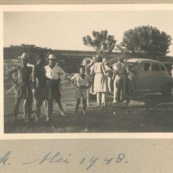 Groep rond auto voor jachtclub Priok, Nederlands-Indië mei 1948