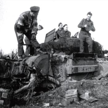 Britse of Canadese militairen me Churchilltank in de modder