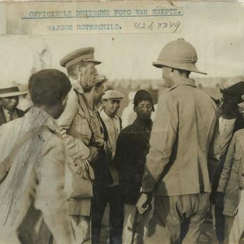 WO I; groep mannen om Britse officier en soldaat