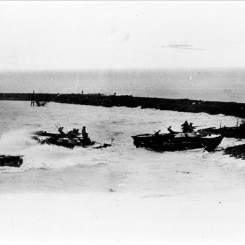 Canadese Buffaloes in de overstroomde Ooijpolder tussen Zandpol, Kekerdom en Leuth nabij Nijmegen, 1945