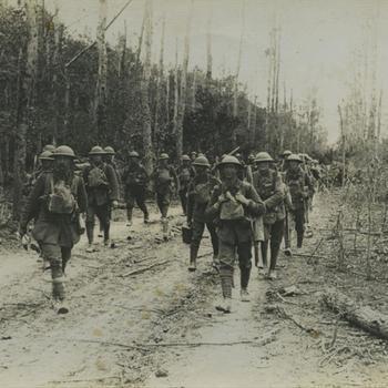 WO I; Britse infanteristen aan weerszijden van bospad