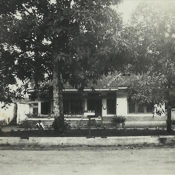 Nederlands Indië; buitenhuis, veranda, tuin, bomen, mensen, fiets