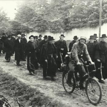 Rooms-Katholieke geestelijke, Duitse militair, fiets