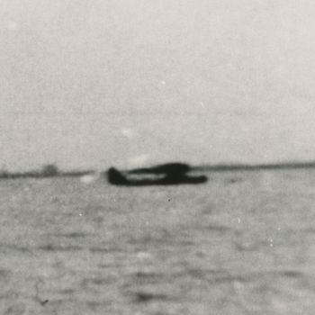 """Foto gelande Duits Dornier Do 18 vliegboot op meer. Tekst achterop; """"Foto Ir. Leinweber. IJsselmeer/ Wieringen, 1 juni - mediio juli 1941""""."""