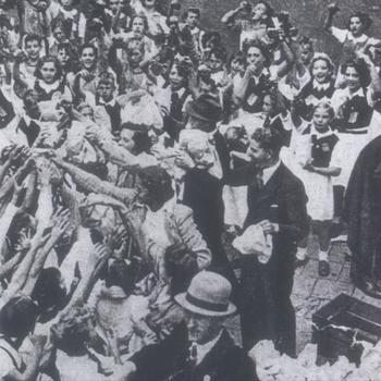 uitdelen druiven, druivenmars 1940 binnenhof kasteel Doornenburg