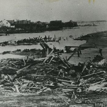 """Foto van geïnundeerd Westkapelle. Tekst achterop: """"Bombardement van dijken in Zeeland 1944""""."""
